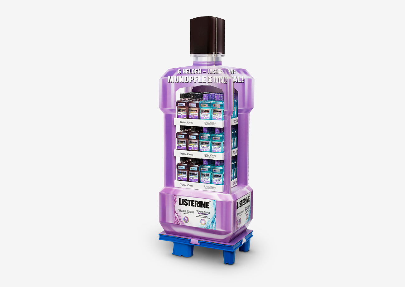 Kreatives Palettendisplay im Design der Listerine-Flasche